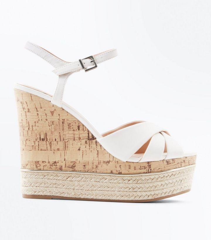 chaussures-blanches-à-brides-croisées,-semelles-compensées-en-liège-et-détail-en-métal